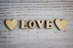 Форма сердца от естественного дерева Полюбите концепцию темы с деревянными сердцами для предпосылки ` s валентинки и полюбите тем Стоковые Фото