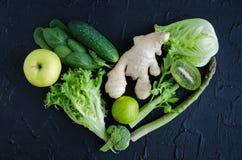 Форма сердца от зеленых овощей и плодоовощей Стоковое фото RF