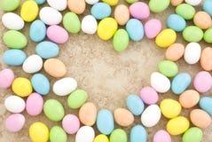форма сердца пасхального яйца конфеты граници Стоковые Фото