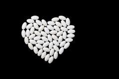 Форма сердца сделанная белых пилюлек Стоковое Изображение RF