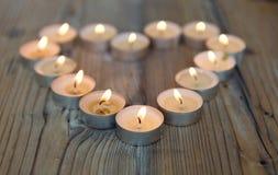 Форма сердца сделанная от горящих свечей Стоковое Изображение