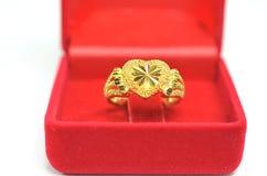 Форма сердца ювелирных изделий кольца вычуры камеи золота привесная изолированная на белизне Стоковое Фото