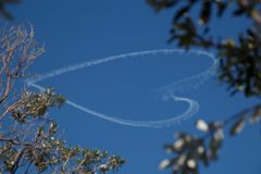 Форма сердца Skywriting в небе Стоковая Фотография