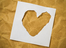 Форма сердца в отрезка письмах кассеты вне положила дальше коричневую бумагу Стоковое Фото
