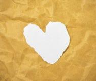 Форма сердца в отрезка письмах кассеты вне положила дальше коричневую бумагу Стоковая Фотография RF