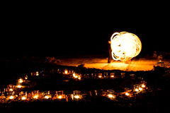 Форма сердца горящих свечей на том основании на предпосылке  Стоковое Фото