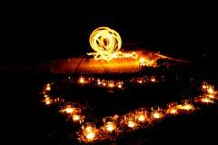 Форма сердца горящих свечей на том основании на предпосылке  Стоковые Фотографии RF