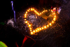 Форма сердца горящих свечей на том основании Стоковое Изображение RF