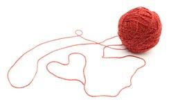 Форма сердца и шарик шерстей на белой предпосылке Стоковая Фотография RF
