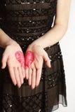 Форма сердца нарисованная на женских ладонях Стоковая Фотография