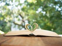 Форма сердца на книге стоковая фотография