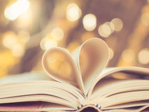 Форма сердца на книге стоковое фото rf