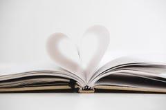 Форма сердца на раскрытой странице тетради, на белой предпосылке Стоковые Фотографии RF