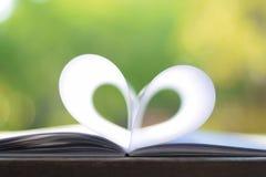 Форма сердца от бумажной книги (винтажная предпосылка) Стоковые Фотографии RF