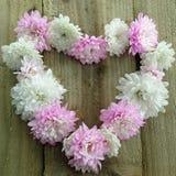 Форма сердца розовых и белых цветков Стоковое Фото