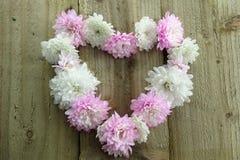 Форма сердца розовых и белых цветков Стоковое фото RF
