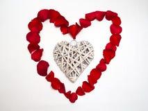 Форма сердца с лепестками розы стоковое изображение rf