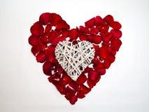 Форма сердца с лепестками розы стоковое фото