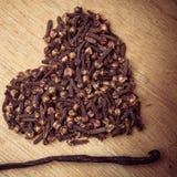 Форма сердца сделанная от гвоздичных деревьев специи Стоковые Фотографии RF