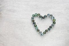 Форма сердца сделанная от мраморов. концепция дня валентинок или концепция свадьбы. комната для текста. Стоковые Фотографии RF