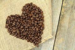 Форма сердца с кофейными зернами влюбленность кофе i Стоковое Фото