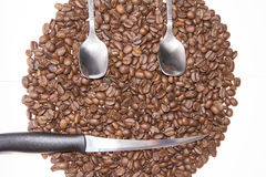 Форма стороны Smiley в предпосылке кофейных зерен Стоковая Фотография
