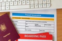 Форма с билетами посадочного талона, клавиатура страхования перемещения паспорта на деревянном столе стоковые изображения