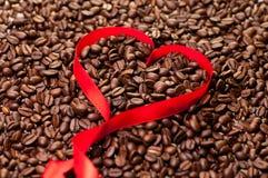 форма тесемки сердца кофе фасоли предпосылки Стоковые Изображения RF
