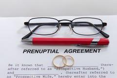 Форма Prenuptial согласования и 2 обручального кольца Стоковые Фотографии RF