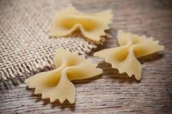 Форменное украшение макаронных изделий и hessian бабочки на древесине стоковая фотография rf
