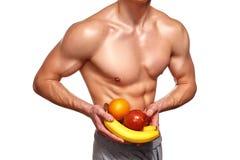 Форменный и здоровый человек тела держащ свежие фрукты Стоковые Изображения