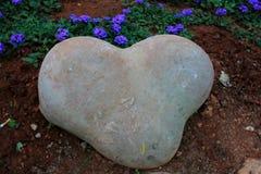 форменный камень сердца стоковая фотография rf