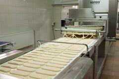 Формировать тесто на современном оборудовании хлебопекарни стоковое изображение