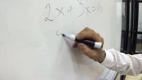 Формула математики сочинительства руки для начальной школы на Whiteboard сток-видео