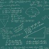 Формула математик сочинительства руки на безшовном greenboard Стоковая Фотография