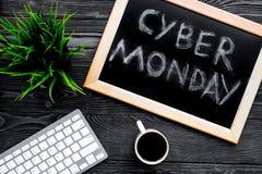 Формулирует кибер понедельник написанный на классн классном около клавиатуры на сером деревянном взгляд сверху предпосылки Стоковые Изображения RF