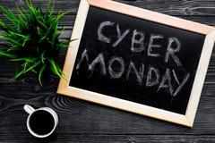 Формулирует кибер понедельник написанный на классн классном около клавиатуры на сером деревянном взгляд сверху предпосылки Стоковые Фото