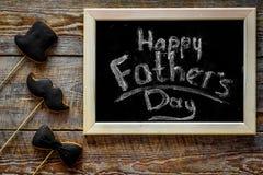 Формулирует счастливый день ` s отца написанный на классн классном Печенья черного галстука, усика и шляпы Деревянное взгляд свер Стоковые Фотографии RF