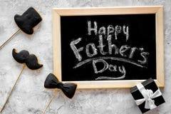 Формулирует счастливый день ` s отца написанный на классн классном Печенья черного галстука, усика и шляпы Серое каменное взгляд  Стоковые Изображения