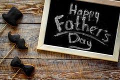 Формулирует счастливый день ` s отца написанный на классн классном Печенья черного галстука, усика и шляпы Деревянное взгляд свер Стоковое Изображение RF