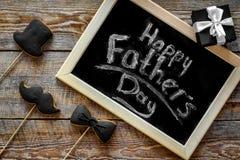 Формулирует счастливый день ` s отца написанный на классн классном Печенья черного галстука, усика и шляпы Деревянное взгляд свер Стоковое Фото