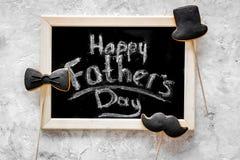 Формулирует счастливый день ` s отца написанный на классн классном Печенья черного галстука, усика и шляпы Серое каменное взгляд  Стоковое Изображение RF