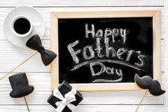Формулирует счастливый день ` s отца написанный на классн классном Печенья черного галстука, усика и шляпы Белое деревянное взгля Стоковые Изображения