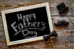 Формулирует счастливый день ` s отца написанный на классн классном Печенья черного галстука, усика и шляпы Деревянное взгляд свер Стоковые Изображения