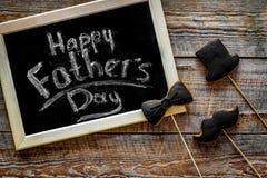 Формулирует счастливый день ` s отца написанный на классн классном Печенья черного галстука, усика и шляпы Деревянное взгляд свер Стоковая Фотография