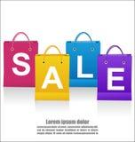 Формулировки продажи на сумках Shoping на белой предпосылке Стоковые Фотографии RF