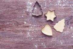Формы для печений Формы рождественской елки, звезды и сердца на деревянной предпосылке над взглядом Стоковые Изображения