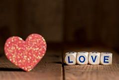Формы и любовные письма сердца на день ` s валентинки Стоковые Фото