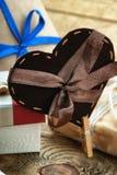 Формы подарочной коробки и сердца на таблице Стоковая Фотография