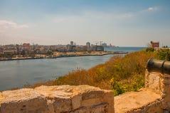 Форталеза de San Carlos de Ла Cabana, форт входа St Charles Ландшафт с видами на город, оружи на старой крепости новичок Стоковые Фотографии RF